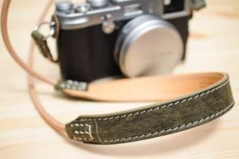 本革ストラップ「ULYSSES レザーストラップ スリングショット」。丸型アイレットのカメラにおすすめです