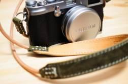 一眼レフ、ミラーレスカメラにおすすめのカメラストラップまとめ。本革、ハンドメイドや定番ストラップを集めました。   かめらとブログ
