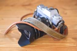 一眼レフ、ミラーレスカメラにおすすめのカメラストラップまとめ。本革、ハンドメイドや定番ストラップを集めました。 | かめらとブログ