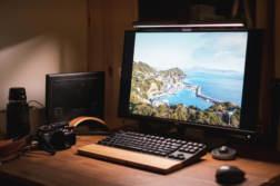 作業が捗るデスクライト BenQ WiT ScreenBar Plus レビュー。写真好きにも良さそうな高演色で目に優しい高機能ライト | かめらとブログ。